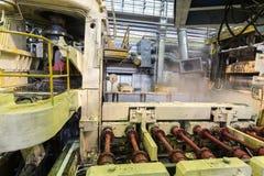 Impianti speciali della pressa di stampaggio nel negozio di produzione Fotografia Stock