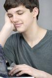 Impianti teenager sonnolenti sul calcolatore Immagini Stock Libere da Diritti