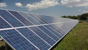 Impianto agricolo a fini energetici del pannello solare su Sunny Day video d archivio