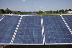 Impianto agricolo a fini energetici elettrico di ecologia con la batteria del pannello solare nella f verde Immagini Stock