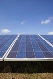 Impianto agricolo a fini energetici elettrico di ecologia con la batteria del pannello solare nella f verde Immagini Stock Libere da Diritti