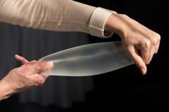 Impianto del silicone del seno femminile durante la dimostrazione o Fotografia Stock Libera da Diritti