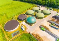 Impianto di biogas ed azienda agricola fotografia stock libera da diritti