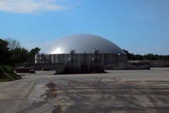 Impianto di biogas per energia rinnovabile contro il cielo blu con il clou Fotografia Stock Libera da Diritti