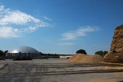 Impianto di biogas per energia rinnovabile e biomassa contro la s blu Fotografia Stock