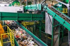 Impianto di cernita dello spreco di Rabat Riciclaggio e separazione dei rifiuti domestici nella pianta Linea di ordinamento autom immagini stock