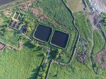 Impianto di depurazione vicino allo scarico delle acque luride della città Immagine Stock Libera da Diritti