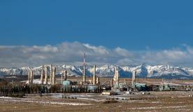 Impianto di gas vicino a Montagne Rocciose canadesi Fotografie Stock Libere da Diritti