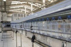 Impianto di imbottigliamento dell'acqua Fotografie Stock Libere da Diritti