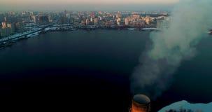 Impianto di incenerimento dell'immondizia Pianta dell'inceneritore di rifiuti con il fumaiolo di fumo Il problema di inquinamento video d archivio