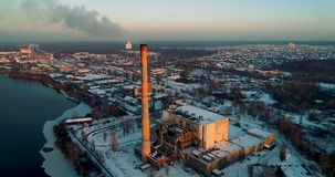 Impianto di incenerimento dell'immondizia Pianta dell'inceneritore di rifiuti con il fumaiolo di fumo Il problema di inquinamento stock footage