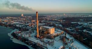 Impianto di incenerimento dell'immondizia Pianta dell'inceneritore di rifiuti con il fumaiolo di fumo Il problema di inquinamento archivi video