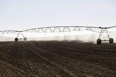 Impianto di irrigazione automatico in un giacimento di cereale Fotografia Stock