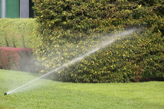 Impianto di irrigazione che innaffia automaticamente il giardino Fotografia Stock
