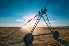 Impianto di irrigazione concentrare del perno con gli spruzzatori di goccia nel campo Immagine Stock