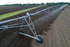 Impianto di irrigazione concentrare del perno sul campo fotografie stock libere da diritti