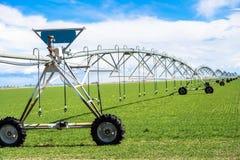 Impianto di irrigazione del campo di agricoltura Fotografie Stock