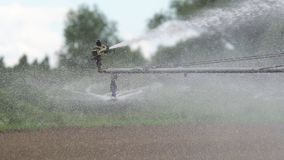 Impianto di irrigazione su terreno agricolo Immagini Stock Libere da Diritti