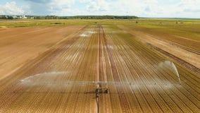Impianto di irrigazione su terreno agricolo Immagini Stock