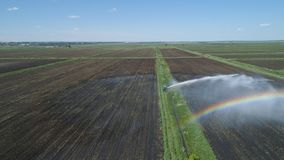 Impianto di irrigazione su terreno agricolo Fotografie Stock Libere da Diritti