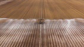 Impianto di irrigazione su terreno agricolo archivi video