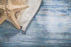 Impianto di lavaggio del corpo delle stelle marine sul bordo di legno direttamente sopra la sanità Fotografie Stock Libere da Diritti