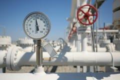 Impianto di lavorazione del gas e del petrolio con la riga va del tubo fotografia stock