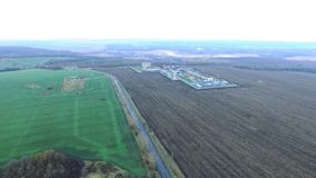 Impianto di lavorazione del gas Fucilazione di Quadcopter stock footage