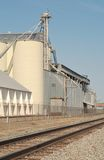 Impianto di lavorazione del granulo con i binari ferroviari Fotografia Stock