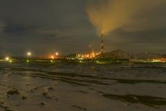 Impianto di lavorazione di rame su una notte di inverno Immagini Stock Libere da Diritti