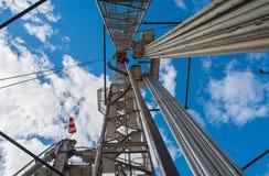 Impianto di perforazione della trivellazione petrolifera su un fondo di cielo blu Fotografie Stock Libere da Diritti