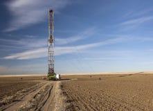 Impianto di perforazione di Fracking in un campo dell'azienda agricola di Colorado Immagine Stock Libera da Diritti