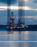 Impianto di perforazione di ricerca di idrocarburi all'alba Fotografia Stock Libera da Diritti