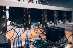 Impianto di perforazione di estrazione mineraria di Cryptocurrency, creante bitcoin Dettagli delle carte grafiche nell'industria  fotografia stock