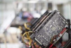 Impianto di perforazione di estrazione mineraria di Cryptocurrency facendo uso delle carte grafiche da estrarre il cryptocurrency Fotografia Stock Libera da Diritti