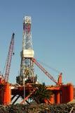 Impianto di perforazione Oil- in porto contro cielo blu fotografie stock