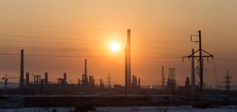 Impianto industriale al tramonto immagine stock