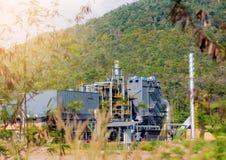 Impianto industriale in albero verde e nella zona di montagna fotografia stock libera da diritti
