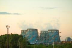 Impianto industriale con gli scarichi Fotografie Stock Libere da Diritti