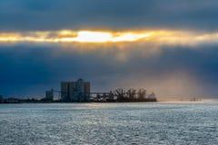 Impianto industriale dal Tago del fiume Immagine Stock