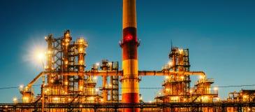 Impianto industriale o fabbrica della raffineria di petrolio al tramonto, ai carri armati della distilleria di stoccaggio ed alla fotografia stock