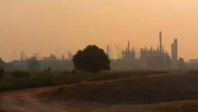 Impianto industriale pesante contro il campo di agricoltura Fotografia Stock