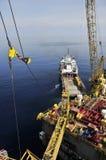 Impianto offshore e nave attraccata di caricamento fotografie stock