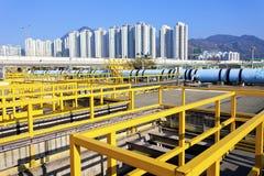 Impianto per il trattamento delle acque in città moderna Fotografia Stock
