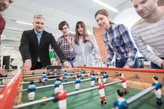 Impiegati che giocano calcio della tavola fotografia stock