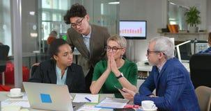 Impiegati dell'azienda delle tecnologie dell'informazione che hanno conferenza in ufficio moderno video d archivio