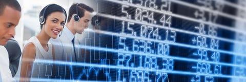 Impiegati di call-center con la transizione blu del grafico di finanza immagini stock