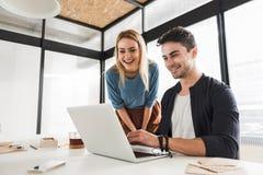 Impiegati di concetto sorridenti felici nell'ufficio Immagine Stock Libera da Diritti