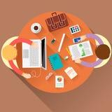 Impiegati di concetto sulla riunione e sul 'brainstorming' Immagini Stock Libere da Diritti