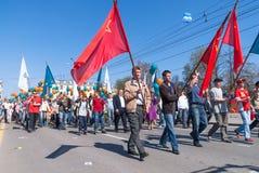 Impiegati di Sberbank con le famiglie sulla parata Fotografia Stock